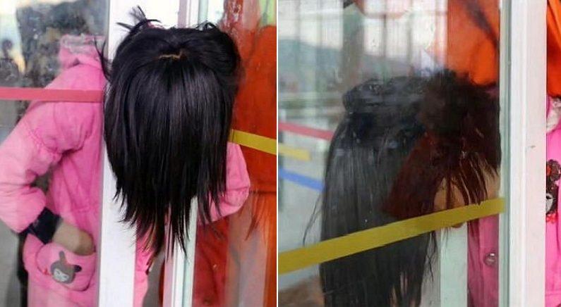 친구들 때문에 문틈에 머리 낀 소녀는 고개를 들지 못하고 울었다