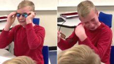 수업 중 선생님이 건넨 '선글라스' 쓴 소년이 친구들 보면서 엉엉 울어버린 사연