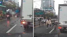 도로 한복판에 '공병' 쏟아지자 차에서 내려 '맨손'으로 묵묵히 유리 조각을 치운 시민들