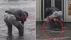 폭우 쏟아지던 날, 비에 쫄딱 젖은 한 중년 남성이 모두를 울렸다 (영상)