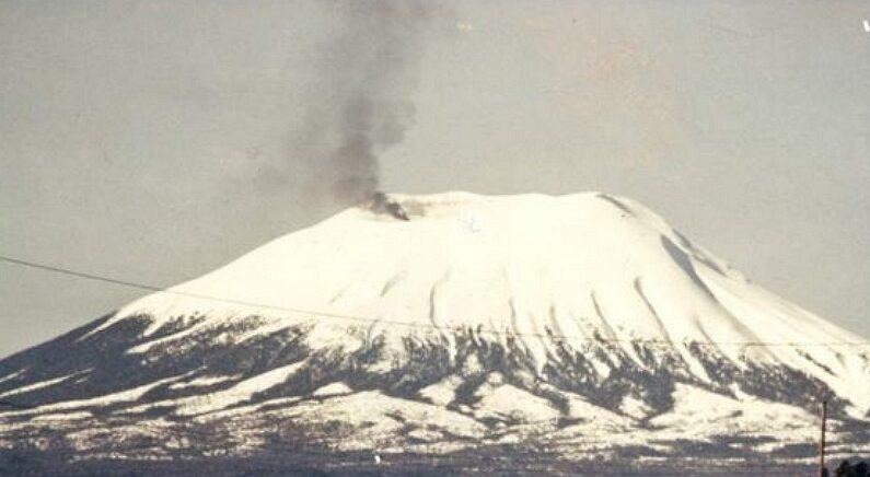 만우절인 4월 1일, 알래스카 화산에서 갑자기 검은 연기가 뿜어져 나오는 사건이 발생했다