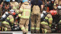 화재 현장에서 쓰러진 소방관, 그 주위로 몰려드는 동료들