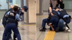 흉기 들고 지하철역 돌아다니는 남성에게 달려들어 제압하는 일본 여경 (영상)