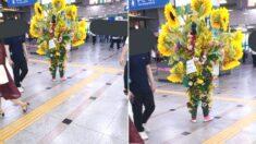 """""""수원역에서 시민들에게 마스크 나눠주는 '인간 꽃다발'을 목격했습니다"""""""